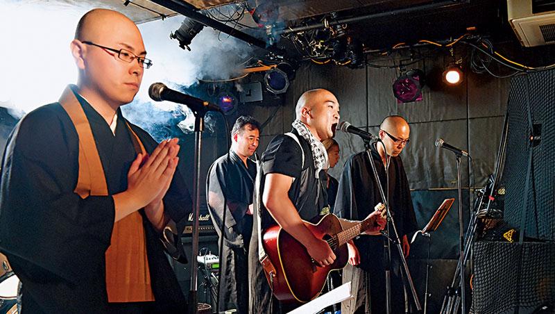 日本寺廟住持為挽救日益稀薄的人氣,特地從比較容易吸引年輕人的活動下手,開演唱會、設酒吧都來。