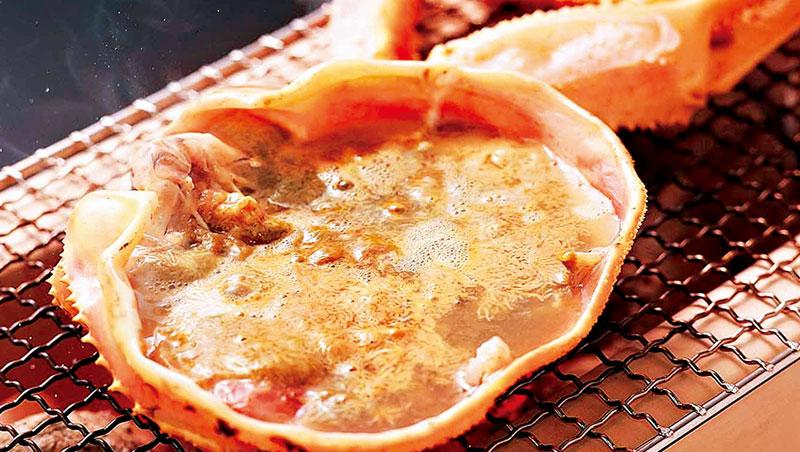 新鮮蟹膏在熱湯中會如線菊般開花,在視覺或味覺上,都是產地才有的享受。