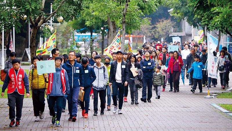 北科大五專班招生說明會,吸引百位國中生與家長參與。五專這回在知名校友力挺下重返舞台,預料將衝擊高教市場。