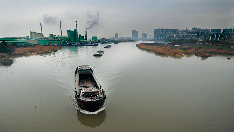 我們站在大橋上,眼前土黃色的吳淞江,將昆山切成兩半:左岸是外牆漆成綠色的台玻工廠,煙囪吐出白煙,右岸是住宅區,上萬市民沿河而居。中國經濟流至岔口,它選擇右岸,工廠不再是唯一選項。因這條一百二十五公里的