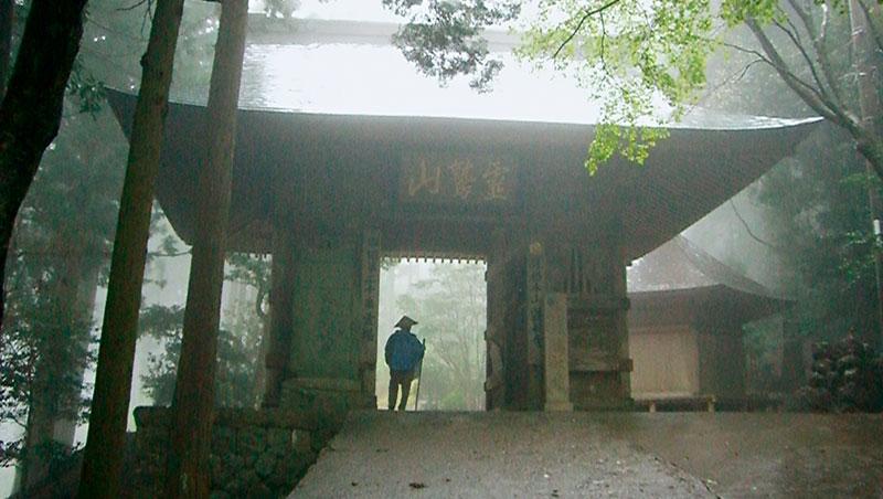 穿過樹林間的第二十番鶴林寺山門,四國遍路讓人回歸最純粹與簡單的狀態。