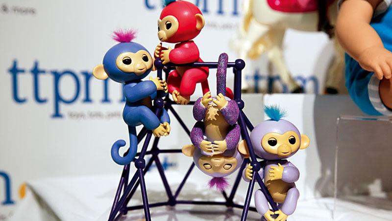 玩具產業專家表示,現代父母越來越傾向購買高互動性玩具,即使手指猴單價不算低,銷量照樣激增。