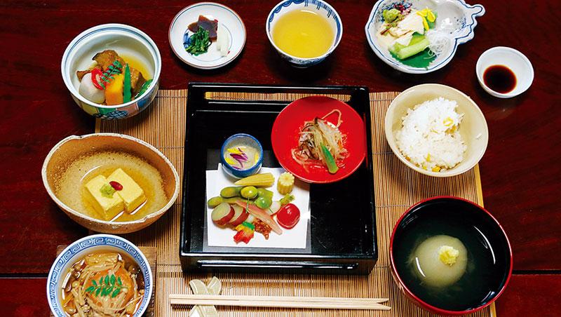 西菜Fine Dining的蔬食料理近年大幅躍進,然平心而論,距離我認為可算全世界烹調、詮釋蔬菜最爐火純青的日本則還有段距離。特別素負口碑的寺院精進料理,不誇示炫技、不故唱高調,乍看清淡素樸,卻點滴洞