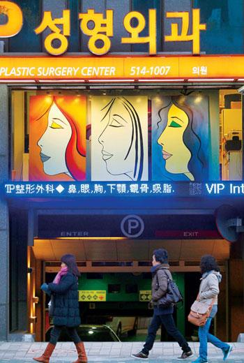 當台灣出口主力放在有形商品,韓國已轉進無形服務,以「整形一條街」為代表的醫療觀光,一年就滾進逾7億美元。