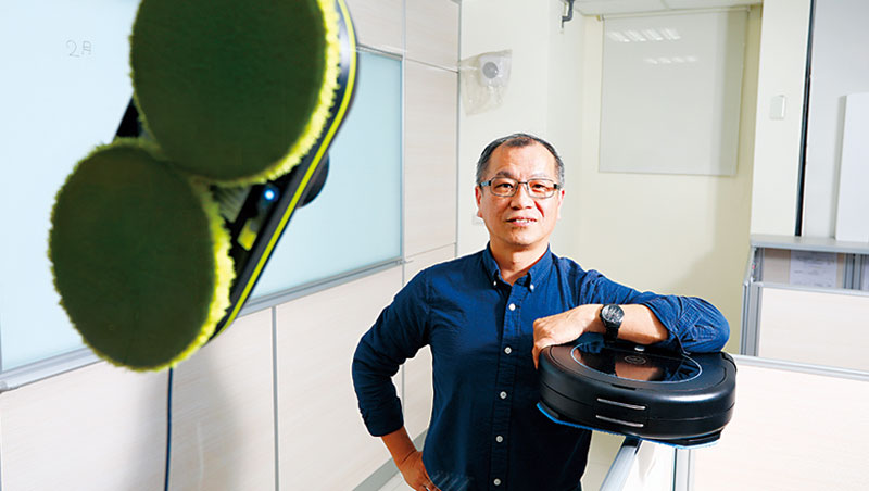 好樣科技總經理趙志謀笑稱自己從窗戶擦到地板的生意,就像自家電話末4碼「7998」的台語諧音,擦久就發。