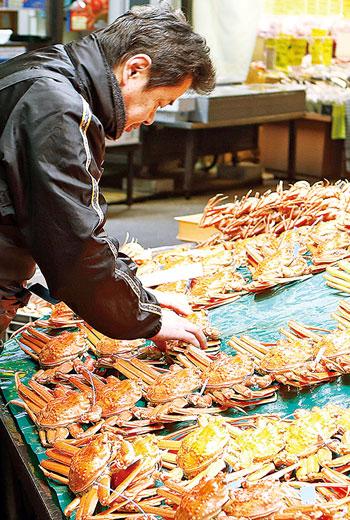 楚蟹等級分類多達百種,價格落差大。鮮度以外,購買時須注意重量、尺寸、有無蟹蛭卵及是否「落足」等。