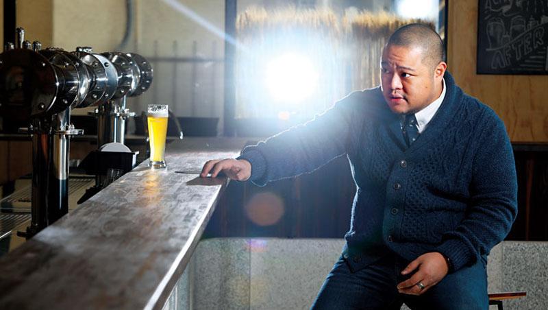 身為集團編號001的釀酒師,葉冠廷拍攝時要求極高,不斷審視泡泡高度,為此重複倒了好幾杯酒,鏡頭下這一杯仍是不完美,倒掉重來。