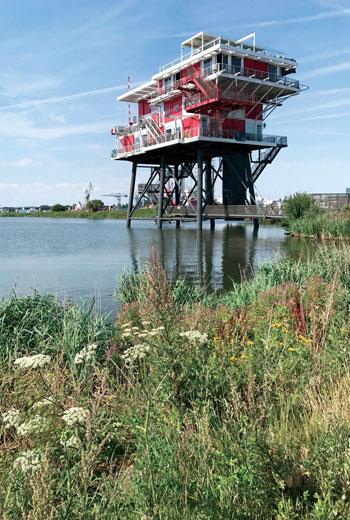 座位於港邊的高空餐廳,建築結構有如海上鑽油平台。