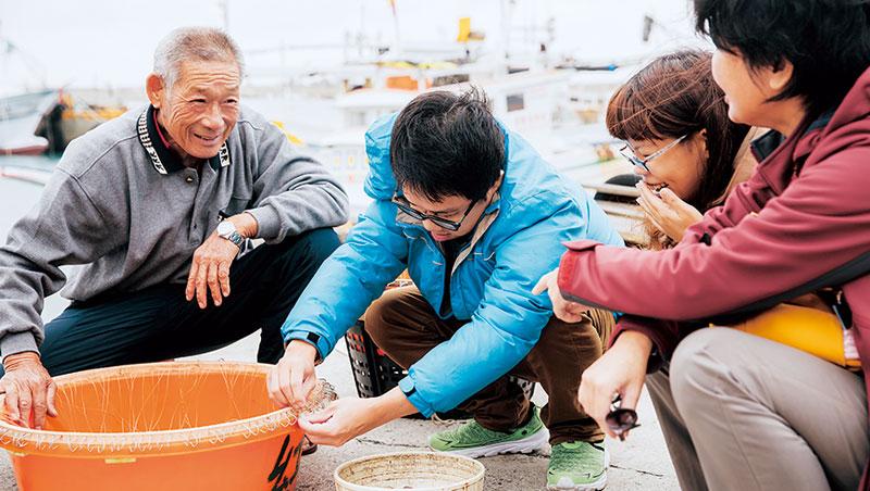 「跟著30年經驗的船長許源章,造訪77歲的延繩釣達人蔡有文,體驗傳統漁法,了解漁民生活。
