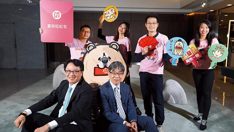 北富銀總經理程耀輝(前排左)主導跨部門腦力激盪,靠「敏捷開發」加速銀行業創新步伐,推線上產品。