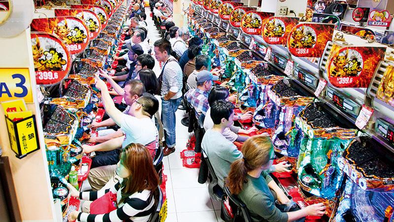 日本政府不喜見民間博弈盛行,規管趨嚴,柏青哥店人滿為患的景象已不復見,得時時翻新吸客手法。