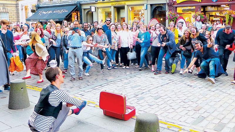 演出人員熱情的鼓吹及現場起鬨的氛圍下,觀眾也加入大合唱高歌、或是臨場扮演了製造氣氛的群眾演員。