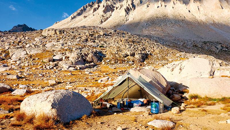 為了到美國最高峰惠特尼山看日出,楊世泰和戴翊庭選擇在山下的吉他湖紮營,半夜與其他徒步者一同出發。