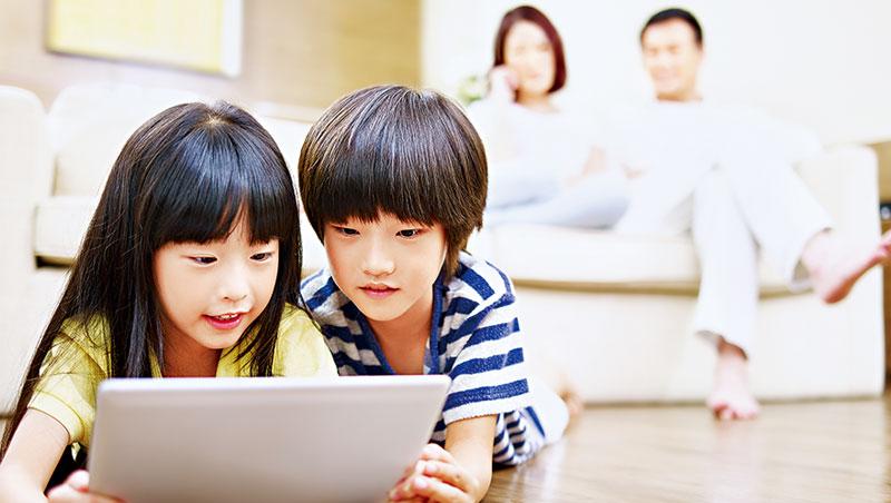 雖然一部平板電腦就可以使孩童不吵不鬧數小時,但多數教育專家都不贊成讓他們太早接觸3C產品。