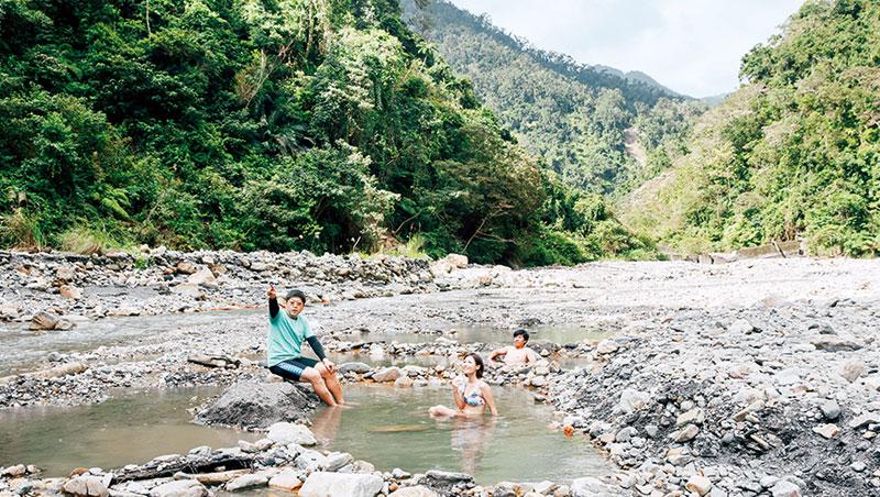 在平日的梵梵野溪溫泉,得以一人獨享一座泉池。這兒保留原始山林風貌,一邊泡湯,一邊聆賞鳥語蟲鳴。