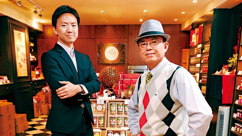 拍照當天,今今食品董座徐寬生(圖右)在大兒子徐晉堂(圖左)主導的堅果專賣店中,向我們介紹無塵室低溫烘焙的核桃,是曾讓附近金融業主管過年一買就是60公斤的明星產品。