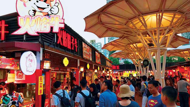中國上海的錦江樂園和台北士林夜市共同打造的「錦江士林夜市」,從台灣招攬四十二攤進駐,大多是繼承家業的攤商第二代,或是首度創業的年輕人。