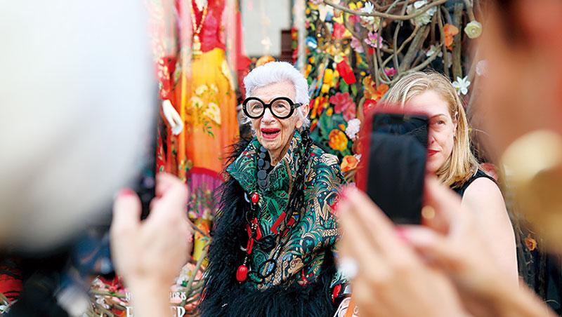時尚奶奶艾菲的黑色大眼鏡是她的招牌穿搭,她高齡97歲仍受各品牌追捧。