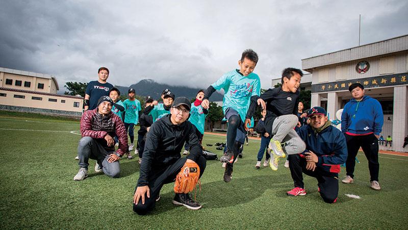 胡文偉帶的新城國小棒球隊,創最快打進全國賽紀錄;好友高偉凱(左後)每月從台北來花蓮陪孩子,前職棒選手鄧蒔陽(中排左1)也來打氣。