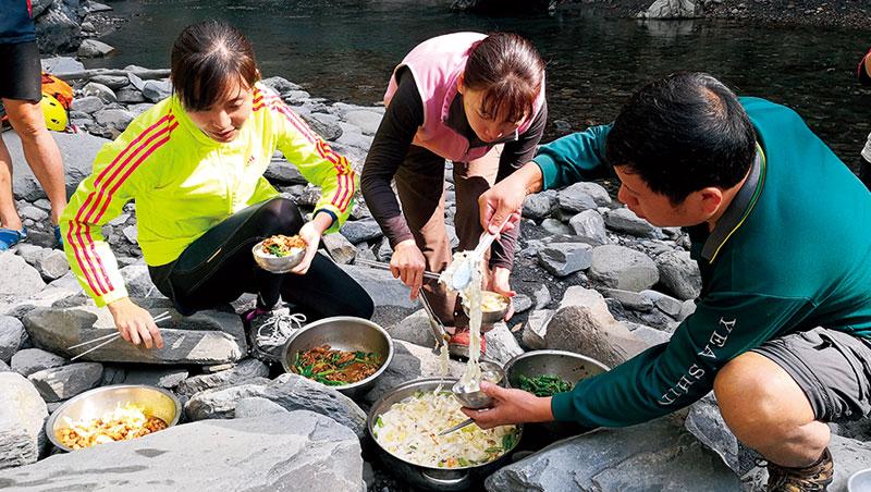 教練變出沙茶羊肉、什錦湯麵等野炊佳餚,耗盡體力的我們忍不住搶食。野外食堂最美味!