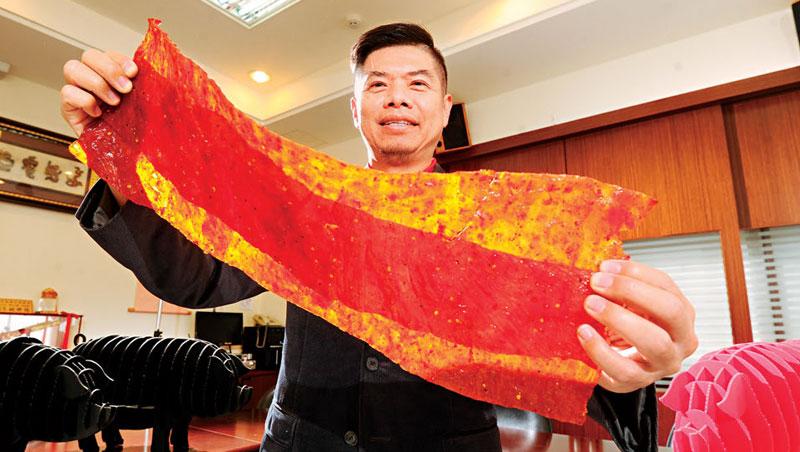 軒記董事長姚琦揚靠著肉乾擺脫貧窮,5年前又斥資2億元打造新廠,並研發出肉乾條等新品,繼續墊高競爭門檻。