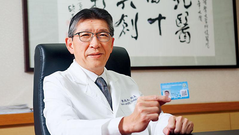 北醫院長陳瑞杰首推智慧健康隨行卡,民眾只要掃QR code、輸密碼,就能管理健康紀錄。