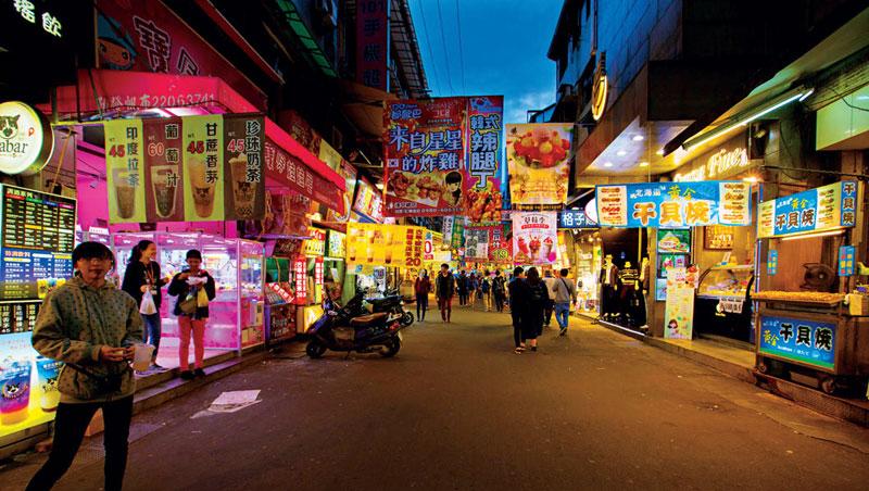 曾經天天爆滿的逢甲夜市,現在平日傍晚的7點,卻人潮稀落,還有不少空店面。
