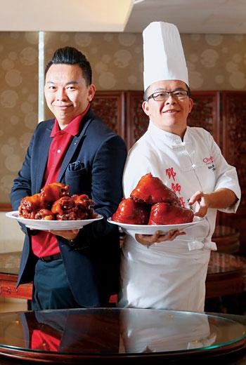 哥哥鄧至廷(右)精通廚藝,弟弟鄧至佑(左)擅長行銷,兄弟把在國外學到的餐飲管理技術,拿回台灣改造家業。