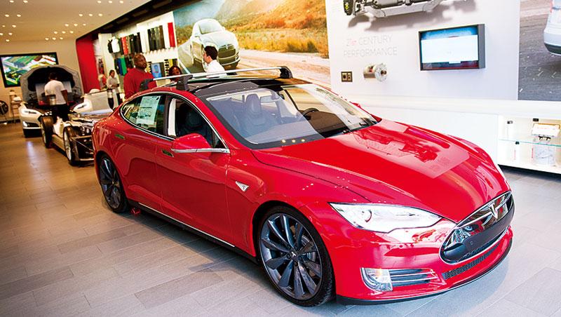 電動車用到的電容元件約是1.8萬顆,是智慧型手機的18倍,汽車電子化給予科技股新的成長動能。