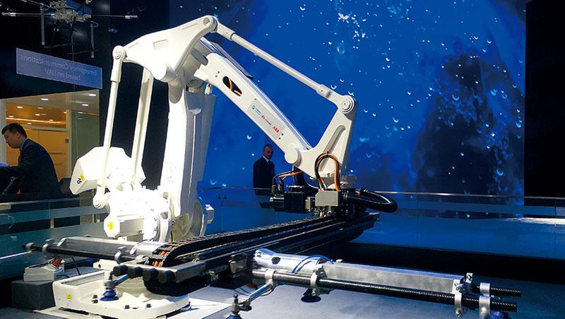 這台二.八公尺高的機械手臂是由中國移動、華為以及機器人廠商ABB三方共同研發的平台,已在幾個廠區內進行小規模測試。