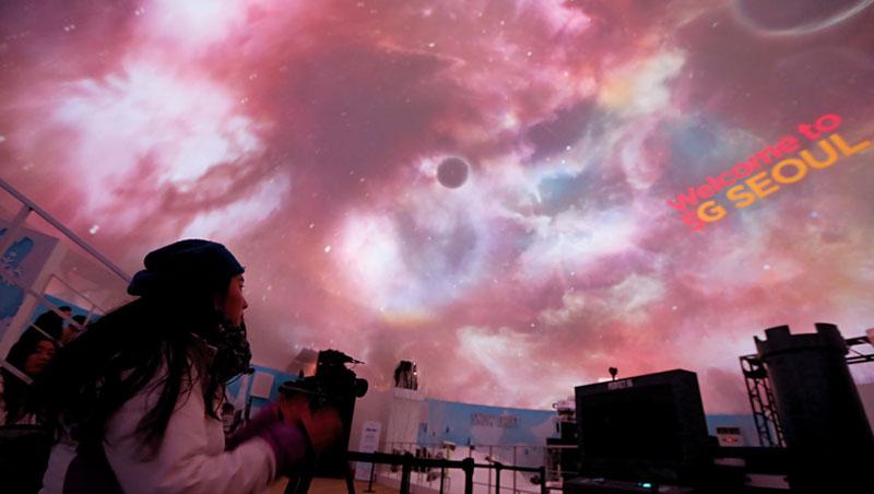圓頂的天棚下播放著8K環景影片,是從幾百公尺外,韓國SK電信所架設的5G基地台即時傳輸而來。