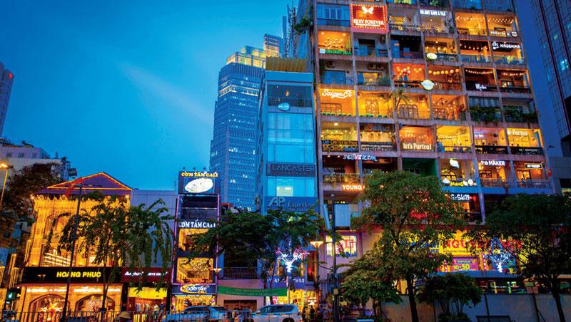 越南市府正對面大道上的老公寓,近2年吸引幾十間咖啡廳進駐,每個發光的陽台都是一間咖啡店,一躍成為越南年輕人打卡熱點。