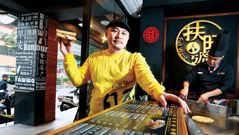經過10年的摸索,新創5個品牌,潘威達(左)終於找到如何讓觀光客,回到自己國家還能繼續支持台灣美食的解答。