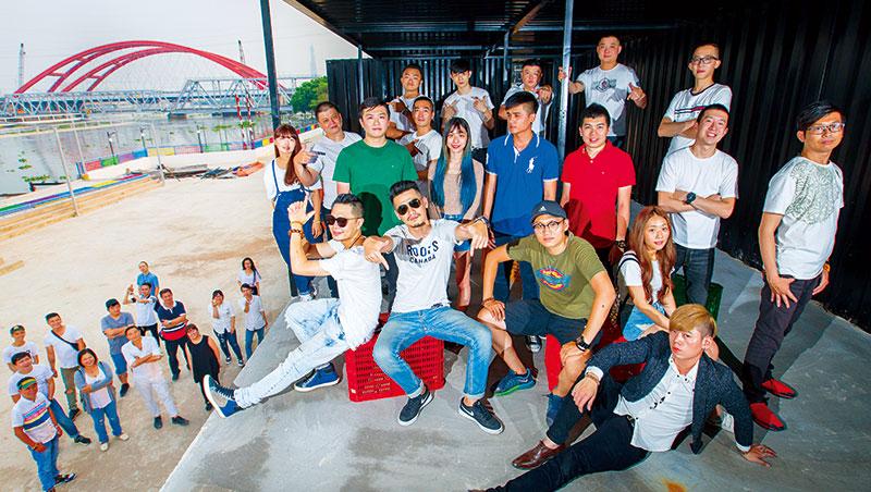 他們來自逢甲夜市、一中商圈、士林夜市、西門町,帶進台灣特有的夜市管理與創意料理,目標衝出年營收九億元