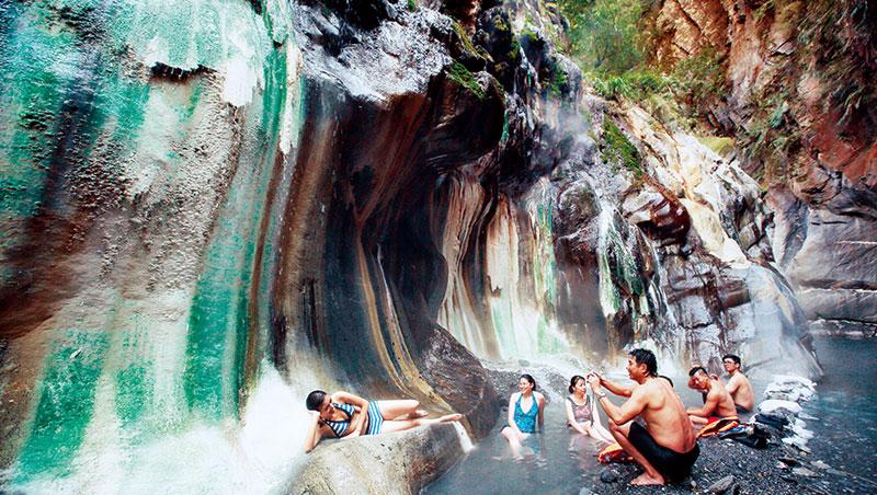 跋山涉水後,終於抵達位於山林深處的栗松溫泉,跳進溫泉舒緩一身疲勞。岩壁壁面多彩結晶物,呈現翡翠般色澤。