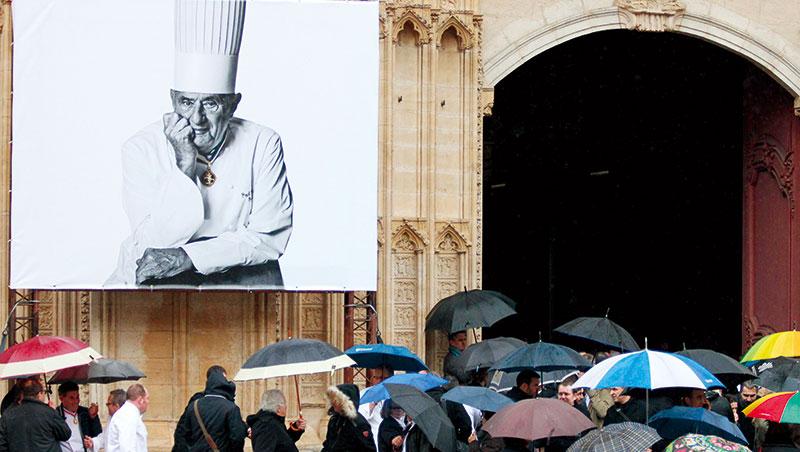 保羅‧ 包庫斯告別式場外擠滿來送他最後一程的專業人士與一般大眾。
