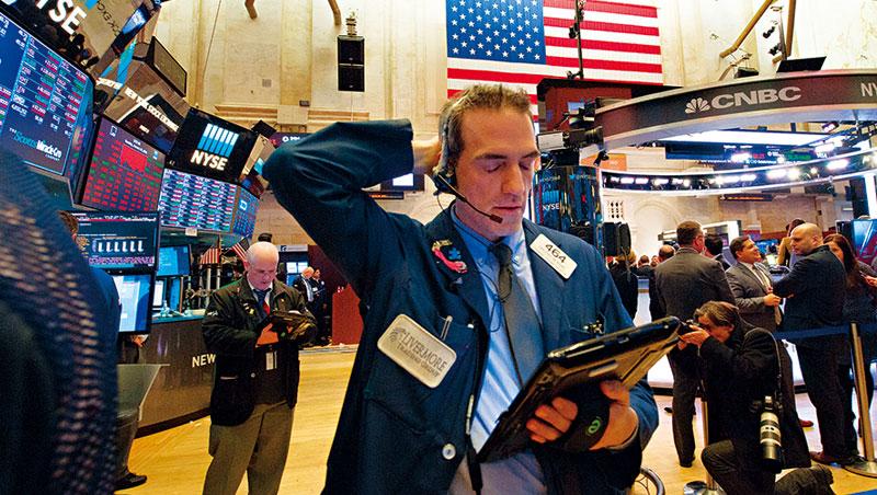 美國總統川普的政策紅利消失,升息恐慌效應發酵,美股單日暴跌4.6%,嚇傻全球。