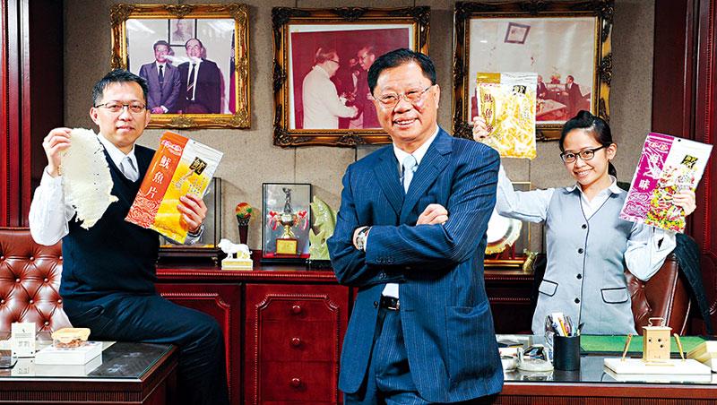 總經理陳皇州(圖中)在台北總部拍照時特別提到,身後照片是曾獲前總統蔣經國接見的已故創辦人吳尊賢,也是他奠定珍珍魷魚絲與鮪魚糖的經典老味道。