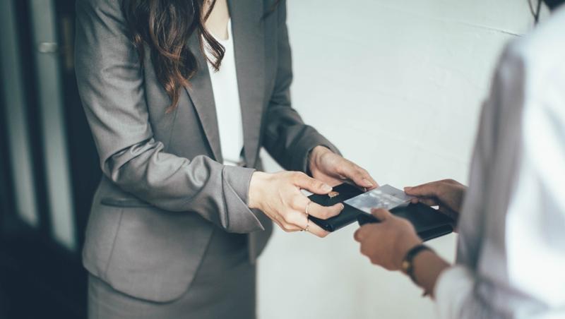 名片放在塑膠盒、錢包、口袋都NG!每個上班族都該定期做的「名片夾體檢」