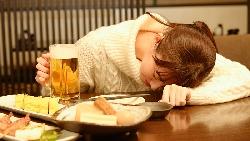 擁有存款,就算失戀,也能在高檔餐廳哭泣...27歲當紅主播為愛辭工作的痛心體悟