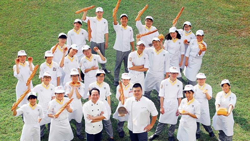 金牌教練領軍,培育下個世界第一!今年,高雄餐旅大學烘焙系就吸引8 國學生(圖)來台學烘焙,傳承,將是吳寶春(前排左3)、王鵬傑(前排左4)未來新任務。