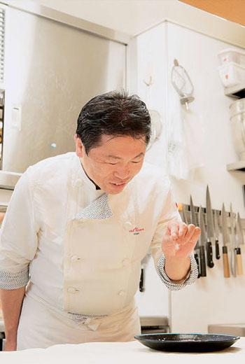 「鰤魚佐月之水滴鹽」,月之水滴鹽來自奧田主廚的故鄉,汲取庄內濱在滿月夜晚的海水製成。