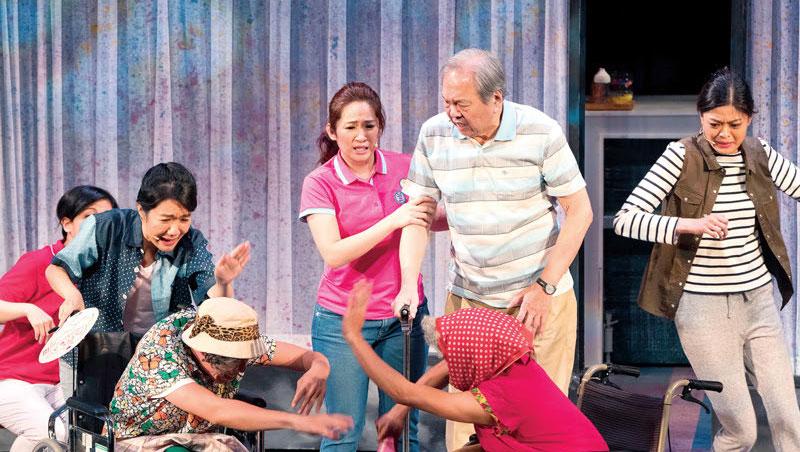 不只歌手羅美玲(中)與陶爸(右二站立者)演得認真,劇團裡的「外傭與老人」也是入戲又傳神。