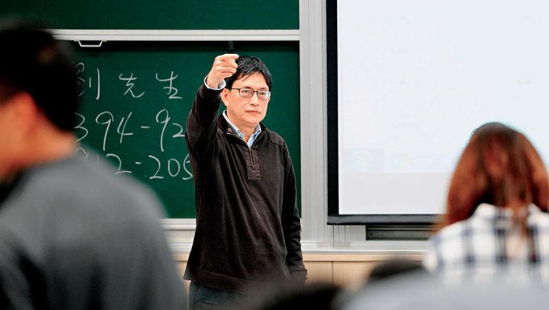 陳南光開的課最近越來越有人氣,他在台上教課時害羞靦腆、偶爾搔搔頭,但學生透露,若有問題私下請教,他總是侃侃而談。