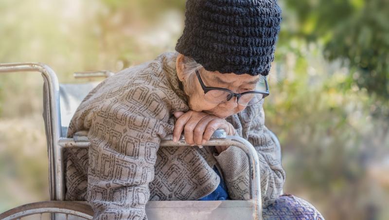「我很忙,你有包尿布,大下去就好」為什麼在台灣,安養院SOP只剩下「工作效率」?