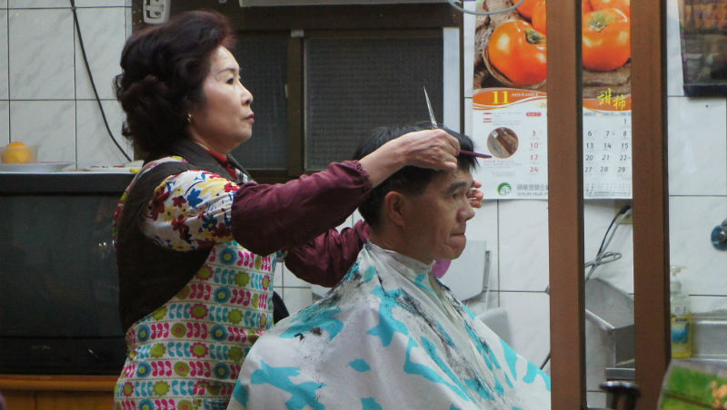 當上主管,也只去得起「百元理髮」...在台灣,就算是人才,早晚也死路一條