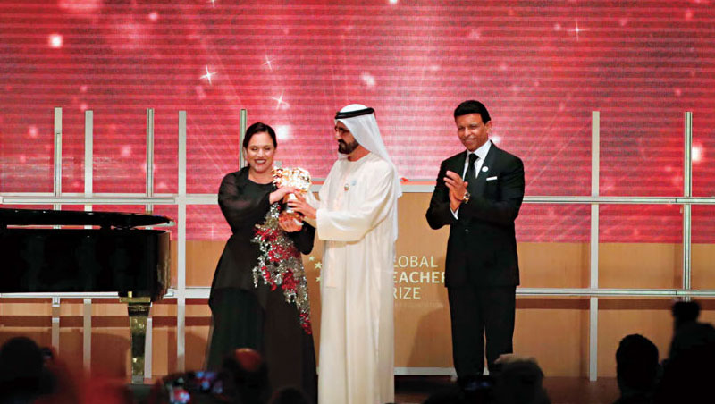 莎菲拉庫(左1)是第一位榮獲「全球最佳教師」的英國人,勝出關鍵在於她的奉獻精神與創造力。