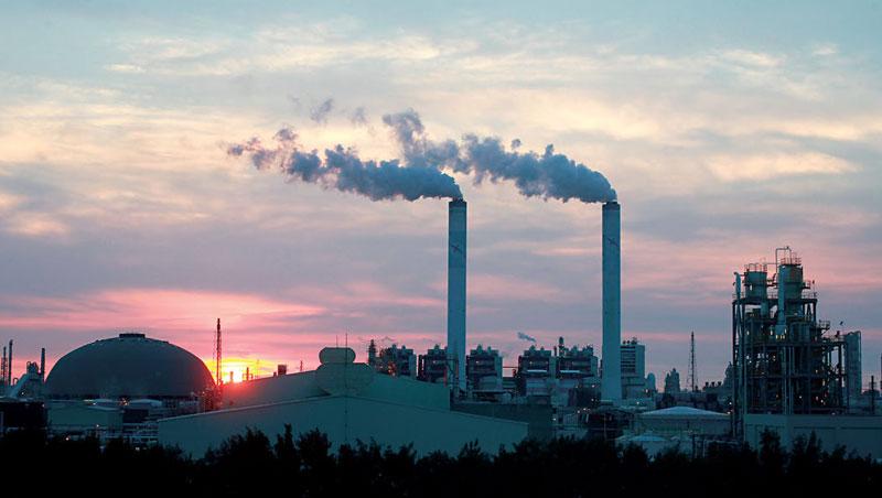 除石油輸出國組織減產,中國因空污減少塑化原料生產,部分產能利用率甚至不到5成,導致供給緊張,推升塑化股後市。