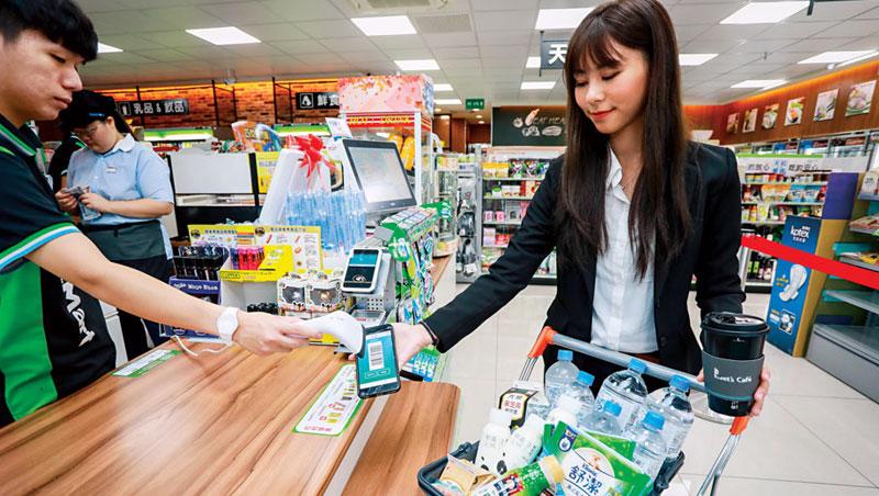 民眾的囤貨焦慮,促使全家App上的商品預售平台湧進4千名新用戶,第一筆交易就是購買衛生紙。