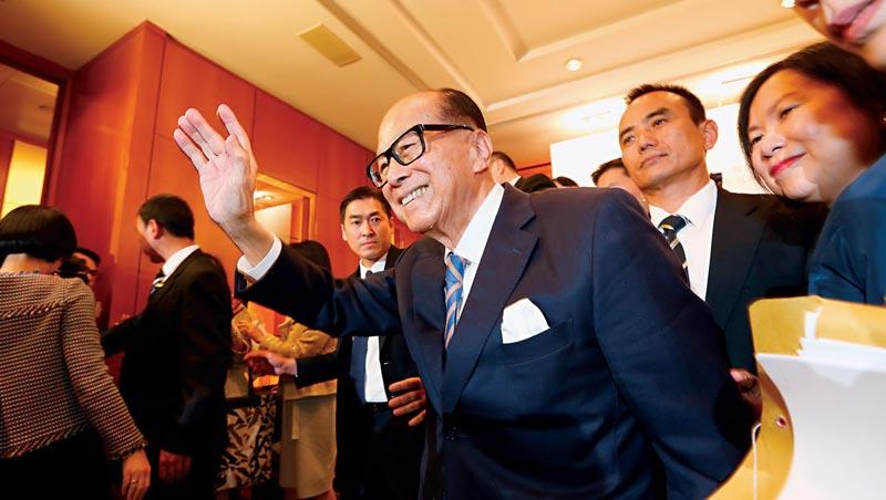 稱霸68年帝國,正式交棒。李嘉誠向大批港媒打招呼,這位一代巨商縱橫商場68年後,交棒給兒子李澤鉅,而商周是唯一直擊這個關鍵時刻的台灣媒體。